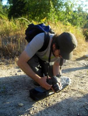 Alex Gamela tenta fotografar formigas, que se mexem muito mais do que as plantas